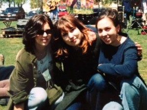 My exchange sister Masha (center) and me (left) with a high school friend in Amherst during the 2002 exchange (personal archive).